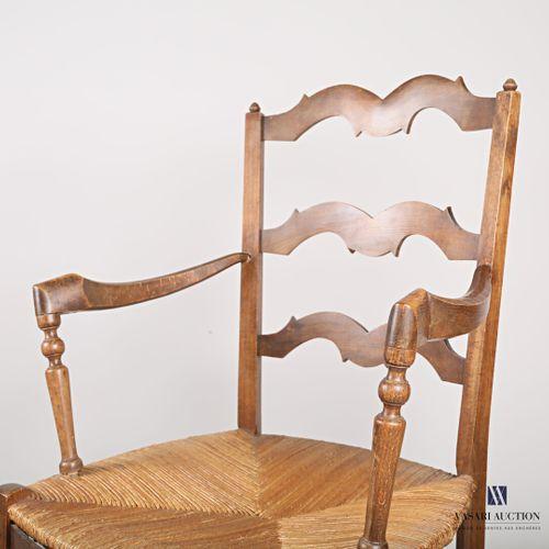 Paire de fauteuil en bois naturel mouluré, le dossier présente trois barettes ch…
