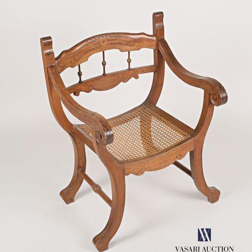 Fauteuil en bois naturel mouluré et sculpté, le dossier à décor gravé de plumes …