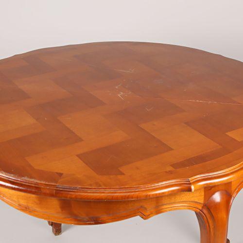 Mobilier de salle à manger en merisier comprenant une table à rallonges, le plat…