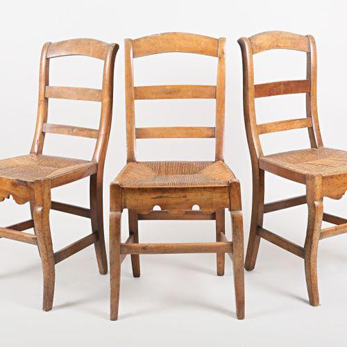 Suite de trois chaises en bois naturel, le dossier légèrement incliné présente t…