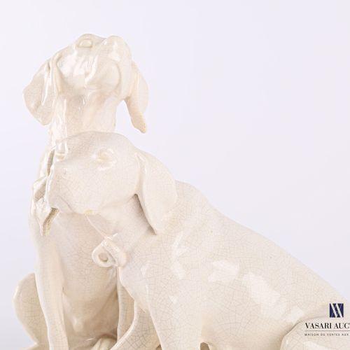TCHECOSLOVAQUIE  Sujet en faïence craquelée figurant un couple de chiens de Véne…
