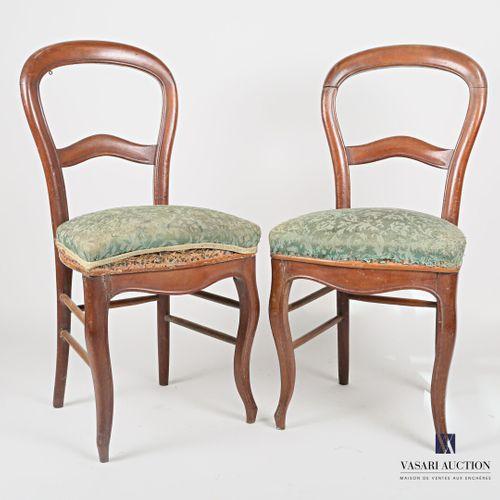 Paire de chaise en bois naturel mouluré, le dossier de forme mongolfière présent…