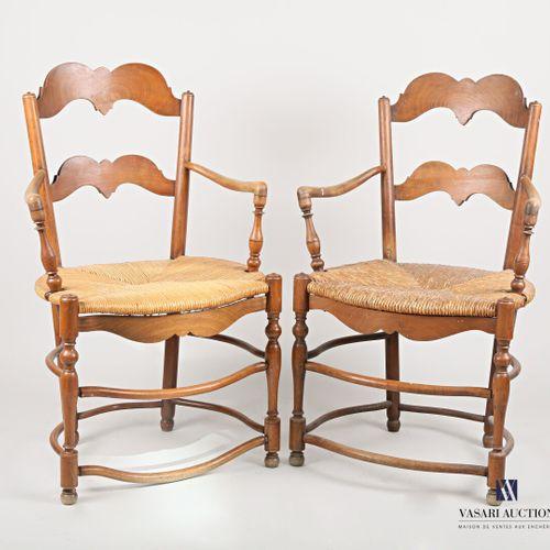 Paire de fauteuils en bois naturel mouluré et tourné, le dossier ajouré présente…