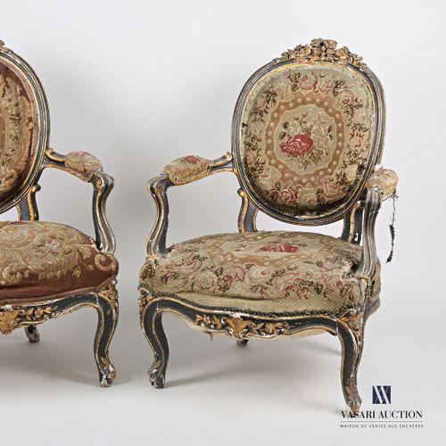 Paire de fauteuils en bois naturel mouluré, sculpté, noirci et rechampi. Le doss…
