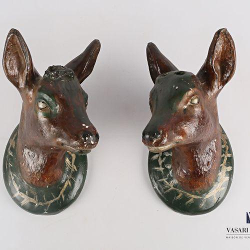 Deux têtes de chevreuils en cape en platre peint  (égrenures, sauts à la patine …