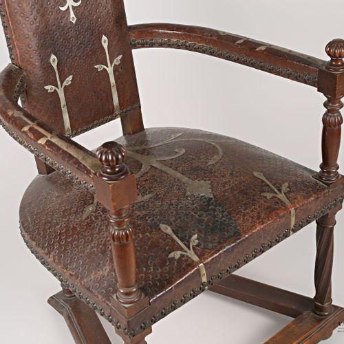 模制的木制婴儿床,背部和座位用皮革压花和铁艺图案,弯曲的扶手靠在栏杆支撑上,上面有罗纹球。它安放在四条柱状腿上,这些柱状腿的前端是扭曲的,由一根支杆连接。  1…