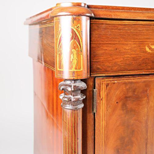 Commode pantalonière en placage d'acajou, palissandre et rinceaux de bois clairs…