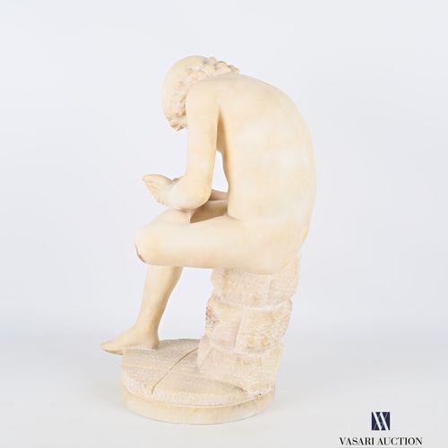 Sculpture en albâtre représentant Le tireur d'épine  Haut. : 43 cm  (petits acci…