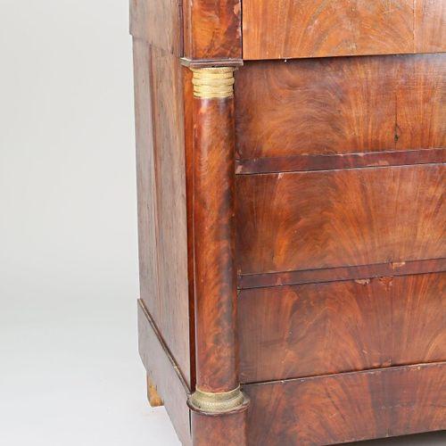 Commode en placage d'acajou, elle ouvre en façade par quatre tiroirs dont un en …