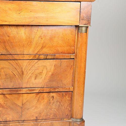Commode en bois naturel et bois de placage, elle ouvre en façade par quatre tiro…