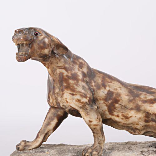 Sculpture en albâtre figurant un tigre rugissant, les yeux en verre  XXème siècl…