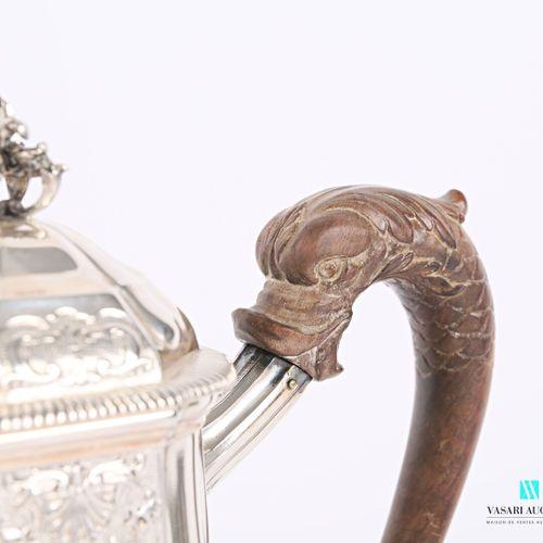 Verseuse en argent posant sur un socle piédouche à doucine ourlé de godrons, la …