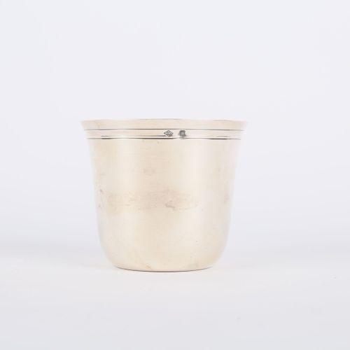 Timbale dite curon en argent posant sur un fond plat, la bordure ourlée de filet…
