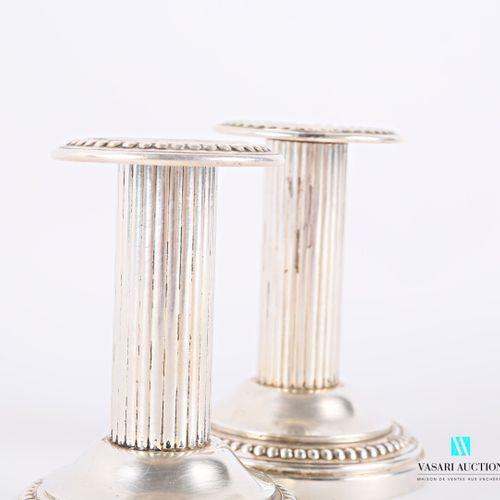 Paire de bougeoirs dit financier en métal argenté posant sur une base ronde à do…