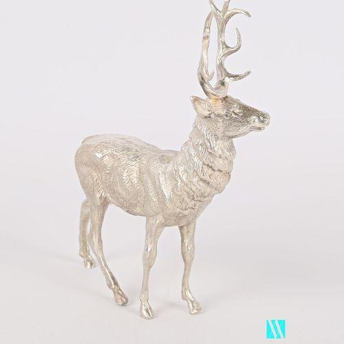 Sujet en argent figurant un cerf  Poids : 415,33 g Haut. : 12 cm Long. : 9 cm