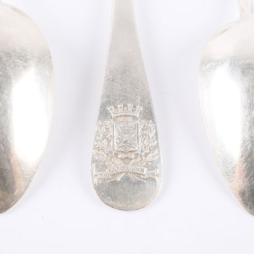 Suite de six cuillères à thé en argent, le manche uniplat est orné d'armoiries c…