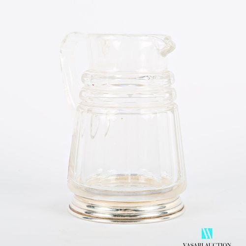 Pot à lait en cristal à pans coupés orné de deux bagues crantées, il repose sur …