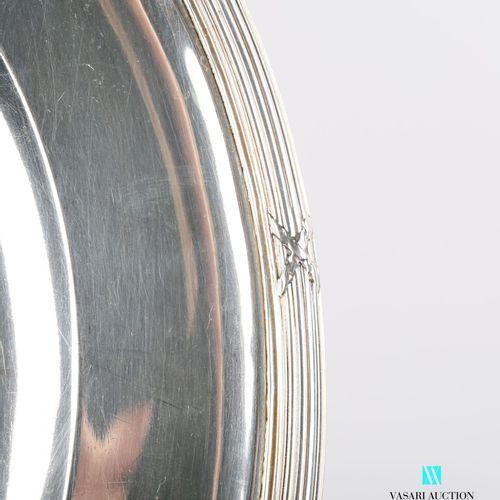 Plat de forme ronde et creux en argent, la bordure ourlée de filets et rubans cr…