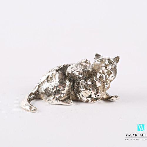 Sujet en argent représentant un chat la patte levée.  Long. : 5,8 cm Poids : 147…
