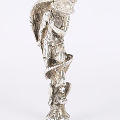 Cachet aveugle en argent représentant Saint Michel terrassant le dragon  Poids :…