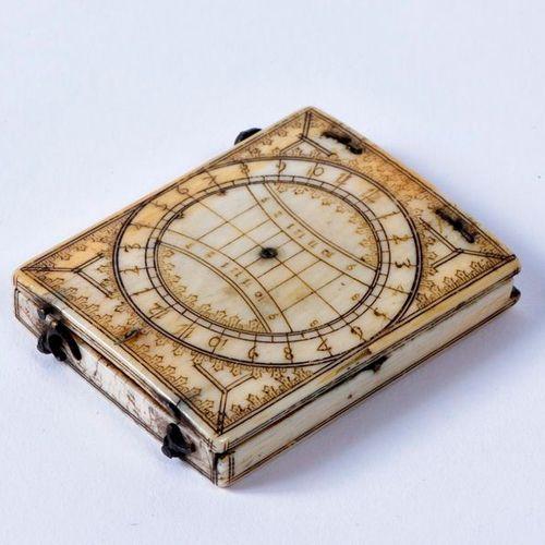 Cadran solaire diptyque en ivoire, le couvercle gravé des cadrans polaire et équ…