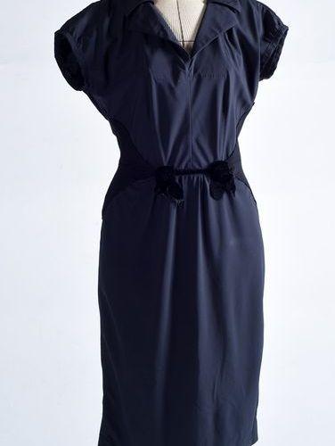 Louis Vuitton. Haute Couture. Robe en soie noire ornée de deux roses en velours …