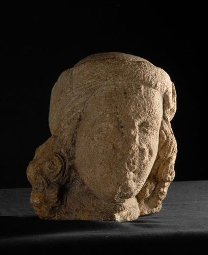Limestone man's head carved in the round. 15th century. H.22 cm. Accidents and e…