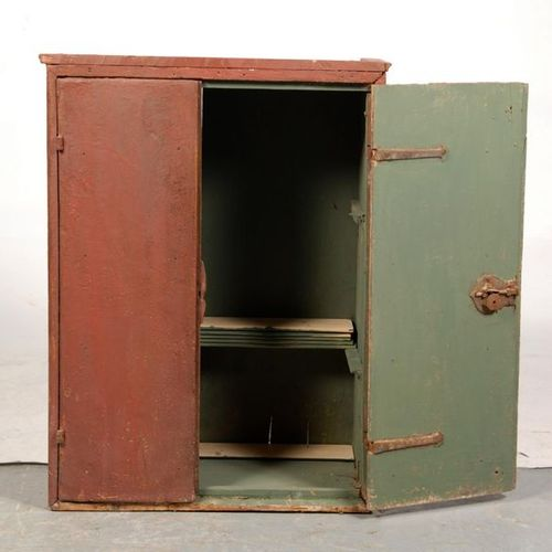 Small cupboard in painted wood. Spain 17th century. H.95 L.71 P.35. Accidents, r…