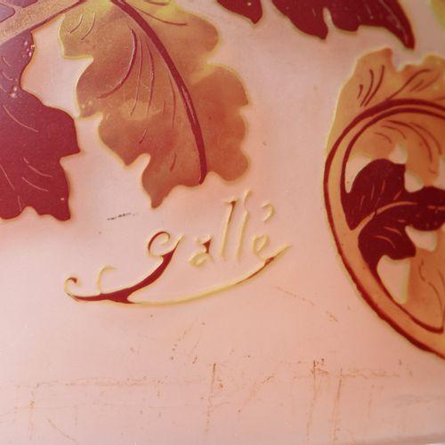 Emile GALLE (1846 1904). Lampe champignon en verre multicouche rose et décor bru…