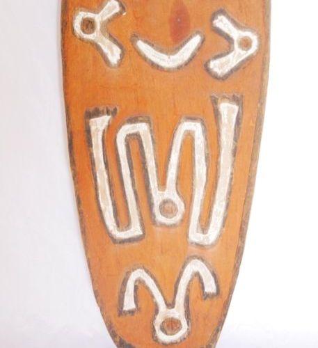 PAPOUASIE NOUVELLE GUINÉE Plaque en bois patiné et sculpté d'un décor anthropomo…