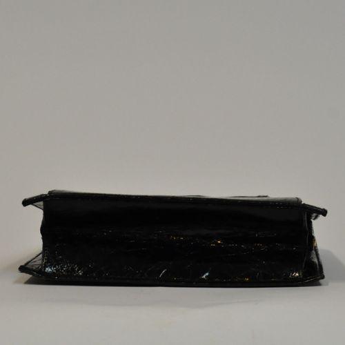 Petit sac du soirée en vinyl imitant le cuir façon crocodile à deux anses, fermo…