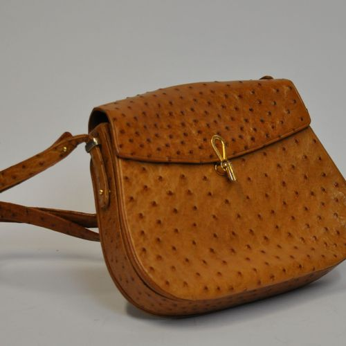Lot de maroquinerie comprenant :   Un sac d'épaule en cuir d'autruche gold, ferm…