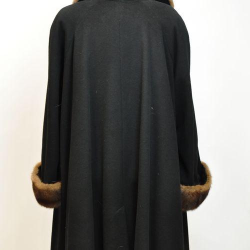 GUY LAROCHE PARIS  Long manteau droit en cachemine et laine bleu marine, le col …