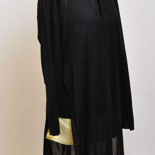 Lot comprenant :  Un kimono noir  Une grande tunique  Un gilet à poches  (Bon ét…