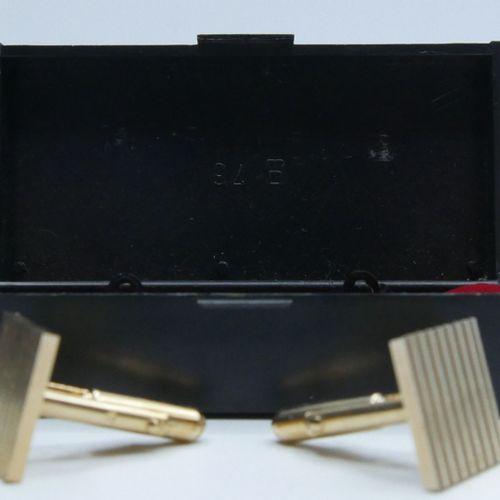 Paire de boutons de manchette de forme carrée, en métal doré. 1,5 x 1,5 cm.  Dan…