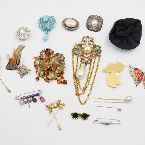 Ensemble de 19 broches fantaisie en métal agrémenté de perles, pierres, plumes..…
