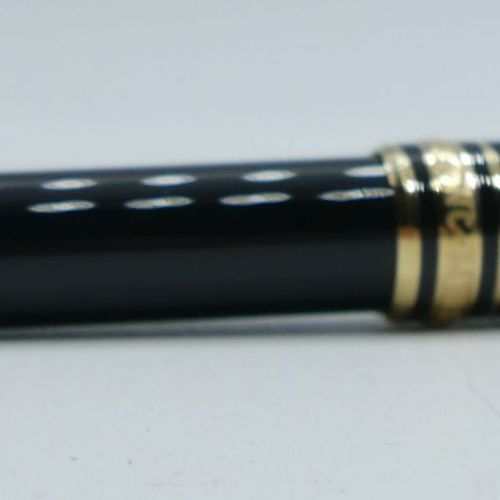 MONTBLANC :  Meisterstück  Stylo bille classique noir, attributs dorés.    Très …