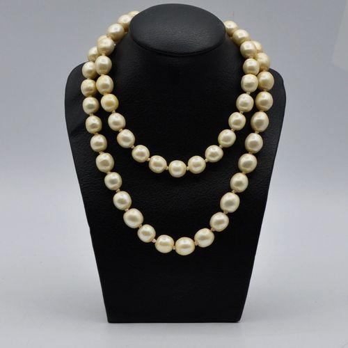 Karl LAGERFELD  Long sautoir composé de larges perles, le fermoir en métal doré …