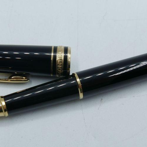 MONTBLANC :  Meisterstück  Stylo roller noir, attributs dorés.    Très bon état.…
