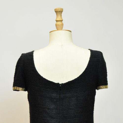 CHANEL Made in France  Robe courte noir en soie et laine à pastilles décentrées.…