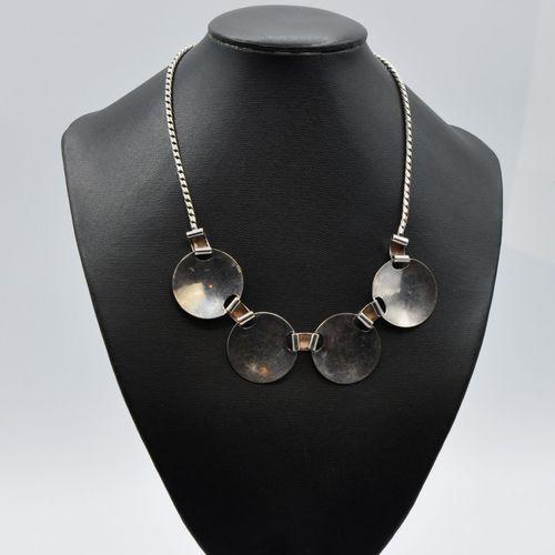 Collier plaston en métal argenté composé de 4 pastilles circulaires à décor géom…