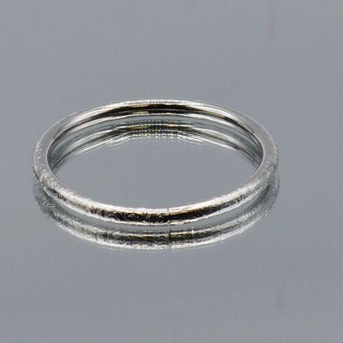 Lot de métal argenté comprenant :   Un bracelet jonc en métal gravé. Diamètre : …