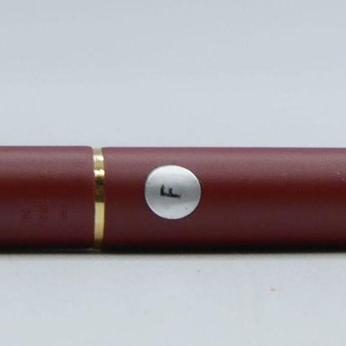 MONTBLANC  Stylo plume modèle Classic bordeaux, attributs dorés. Plume dorée.  P…