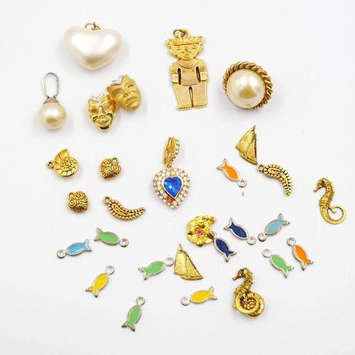Ensemble de pendentifs fantaisie en métal  Environ 30 pièces.    Le retrait des …