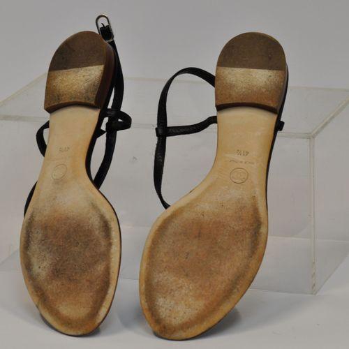 CHANEL Made in Italy  Paire de sandales en cuir noir, avec le double C de Chanel…