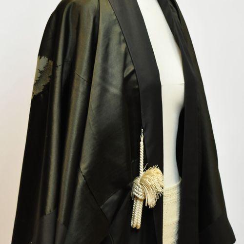 JAPON  Kimono en soie noir figurant une scène de bataille brodée dans le dos.  (…