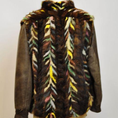 Veste vareuse en vison marron et de couleurs, les manches en agneau marron. Tail…