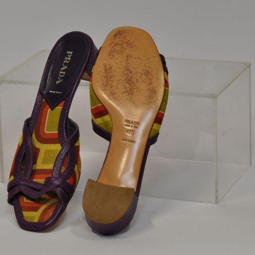 PRADA Made in Italy  Paire de sandales ouvertes en cuir violet et tissus. Pointu…