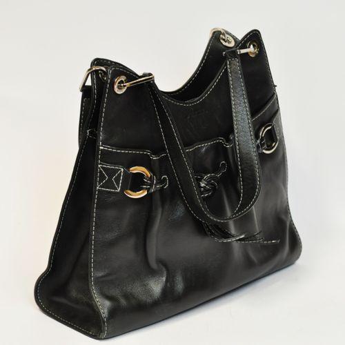 LANCEL, Paris,  Sac en cuir noir modèle DINA  L. : 32.5 cm  Quelques rayures au …
