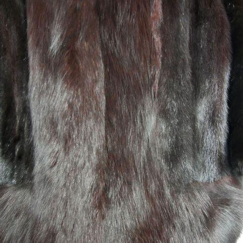 CHRISTIAN DIOR FOURRURE,  Veste courte en vison brun bordé de renard sur les ext…
